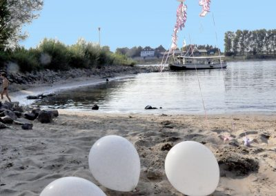 Strand mit romantischer Fähre Klosterkapelle © www.wingart.de
